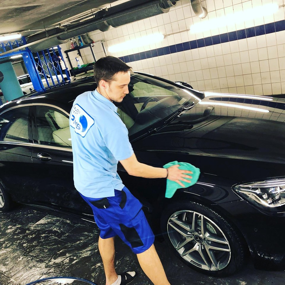 pracivník ruční mytí aut