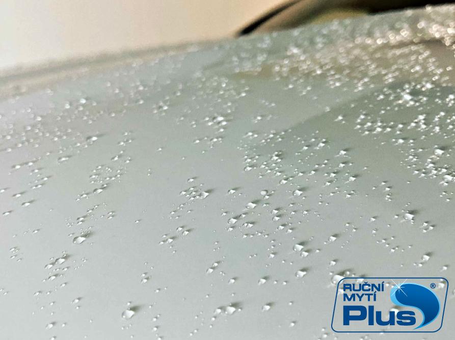 Hydrofobní vrstva navoskovaného laku auta